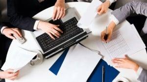 Personas trabajando en un business case